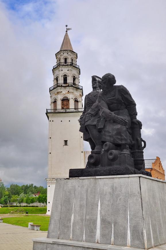 22. Памятник основателям города на фоне Невьянской башни. Петр из-за своей «специфично» шляпы страдает от птиц в одиночку.