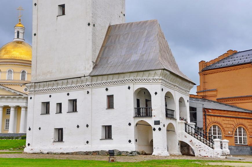 25. Входная группа в башке отсылает ко многим строениям на территории России. Мне вот больше напомнило Рязань.