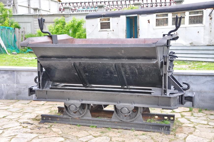 32. В небольшой музейной экспозиции представлена вагонетка тех времен.