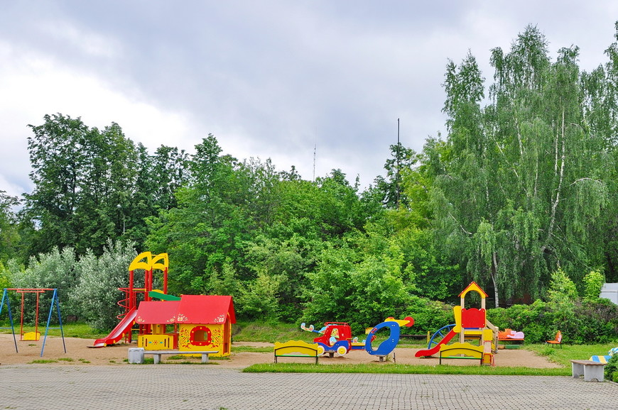 37. На территории комплекса есть детская площадка. Прямо напротив церкви – очень редкое и правильное решение от РПЦ.