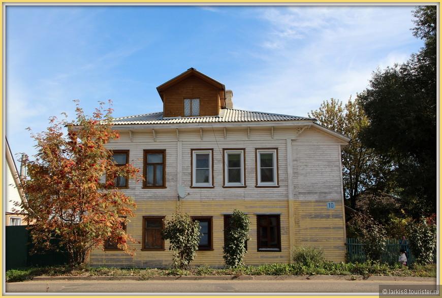 От вокзала к кремлю нужно идти минут 15 по улице с такими живописными домами. Этот дом как раз соответствовал цветам и духу золотой осени.