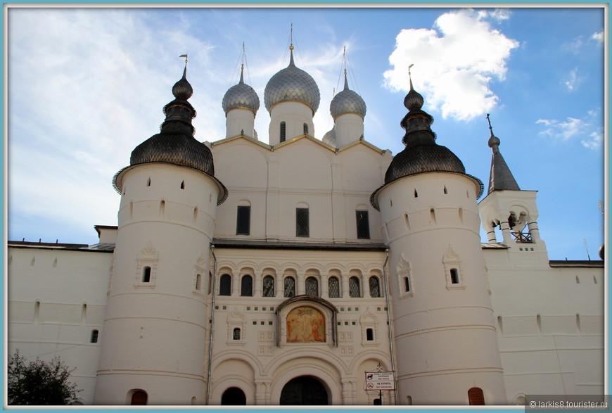 Соборная площадь Кремля. Святые ворота с надвратной церковью Воскресения (17 век).