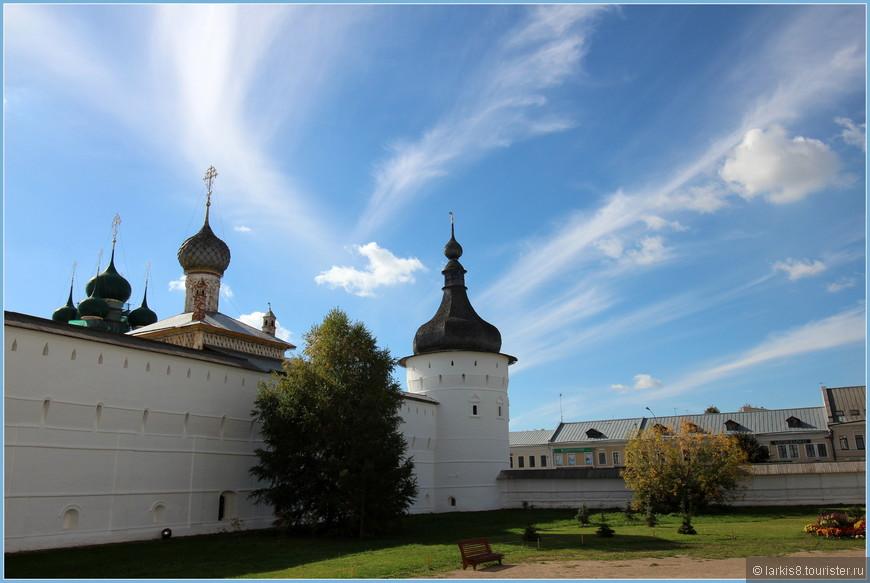 Соборная  площадь со сторожевыми башнями кремля.