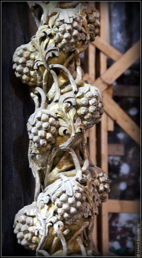 В Успенском соборе много резных деревянных деталей в стиле барокко, например такая колонна в виде виноградной лозы. А иконостас аналогичен иконостасу Горицкого монастыря Переславля-Залесского, фото которого есть в моем фотоальбоме этого города. http://larkis8.tourister.ru/photoalbum/24414/8817423#photo