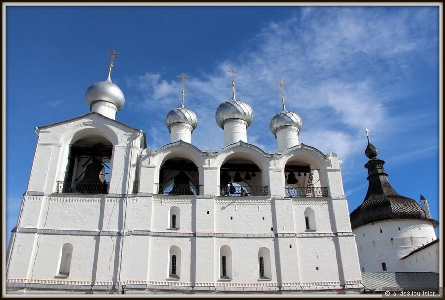 Звонница Ростовского кремля имеет 15 колоколов различного размера и веса. Для самого большого колокола ростовской звонницы весом 32 тонны была построена специальная пристройка. Он носит название «Сысой» в честь отца митрополита Ионы Сысоевича.