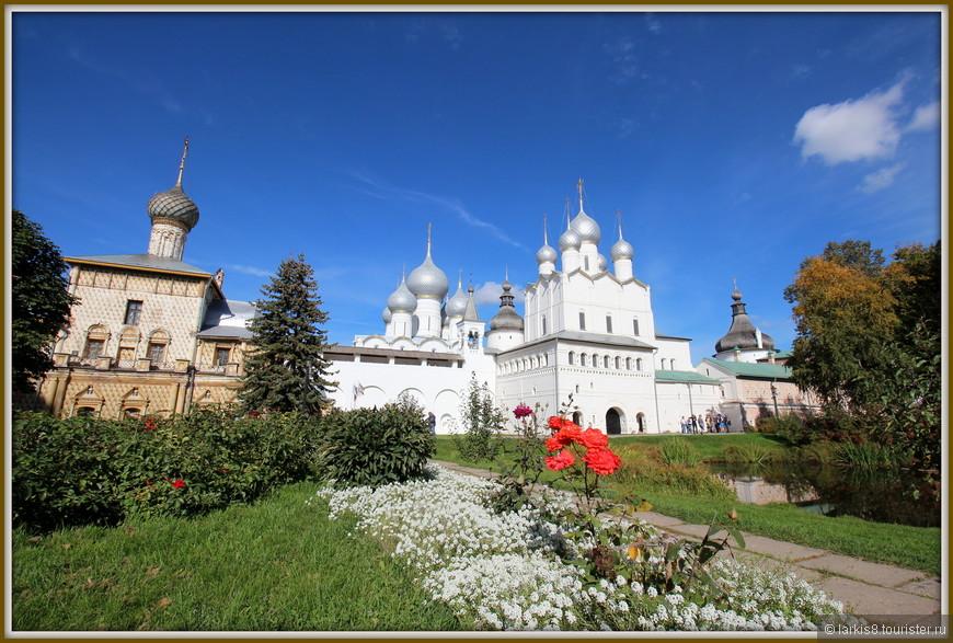 Пройдя через святые ворота, попадаешь в чудесный владычий двор, который проектировался, как частица рая на земле. Похоже! А еще нам посчастливилось услышать выступление звонаря. Можете посмотреть видео: http://larkis8.tourister.ru/videos/7271