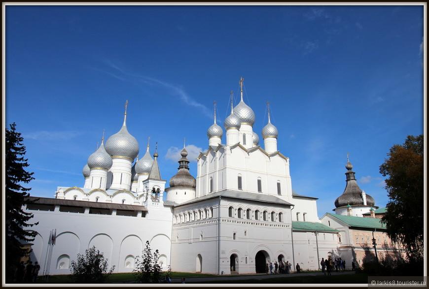 Вид из владычьего двора на Успенский собор и Воскресенскую церковь.