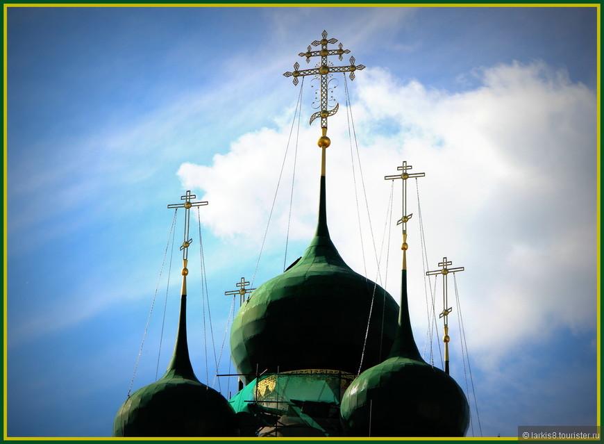 Купола церкви Иоанна Богослова. Сам храм был на реставрации.