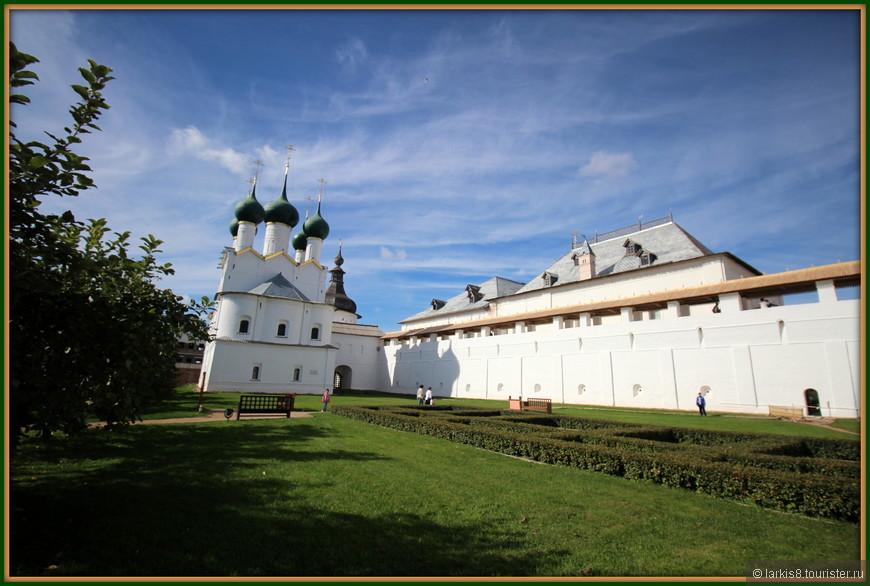 В саду Митрополита. Вид на церковь Григория Богослова.