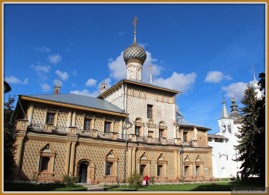Церковь Одигитрии (1692-1693). Церковь расположена в северо-западном углу Ростовского кремля и примыкает к стене, окружающий двор. Она строилась, когда стены уже были завершены, и строителям пришлось предпринять специальные усилия для того, чтобы церковь не смотрелась инородно. Внешние стены раскрашены треугольным орнаментом, издали создающим ощущение рельефа. Раскраска была произведена много позже строительства церкви.
