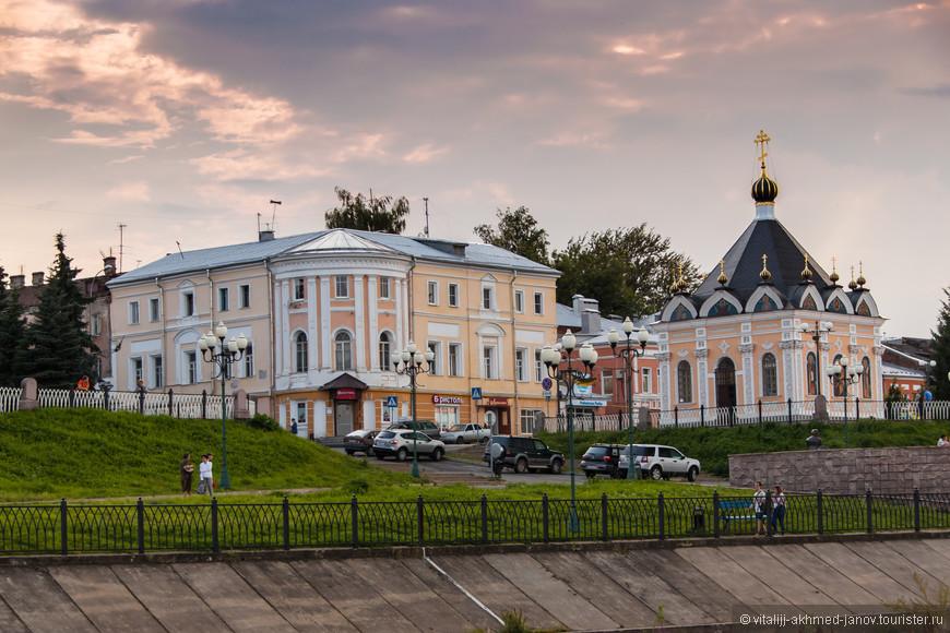Рыбинск основан на правом берегу Волги у впадения в нее реки Черемухи. Впоследствии город разросся и протянулся вдоль Волги почти на 20 километров.