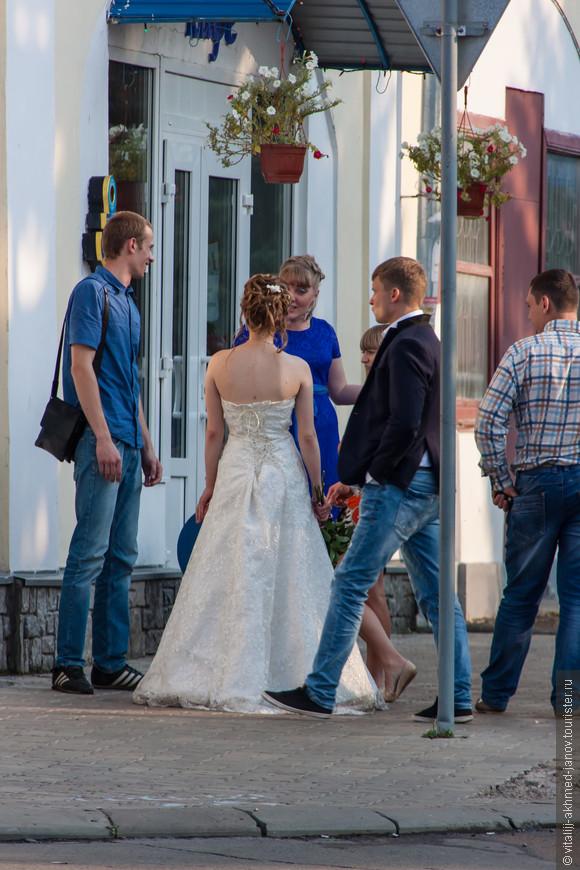 Везде и всегда свадьбы..))