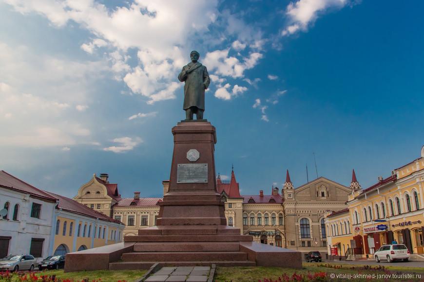 Перед зданием Новой Биржи, на Красной Площади (да, есть здесь и такая) стоит, наверно, самый необычный памятник Владимиру Ильичу. Ленин стоит в каракулевой шапке и зимнем пальто.