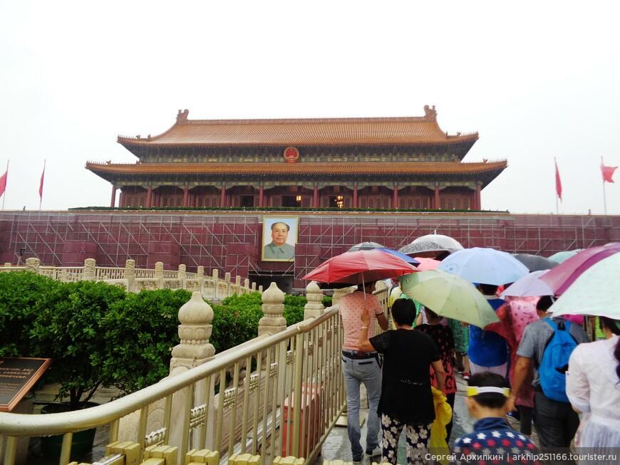 Изображение этих ворот находится на Государственном гербе Китая.
