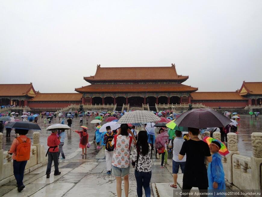 Пройдя речку оказываемся перед Воротами Высшей Гармонии, по китайски -Тайхэмэнь.