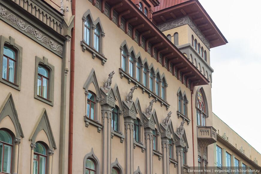 В 1912 году под руководством архитектора С.А. Каллистратова здание было реконструировано и дополнено элементами южно-немецкой готики.