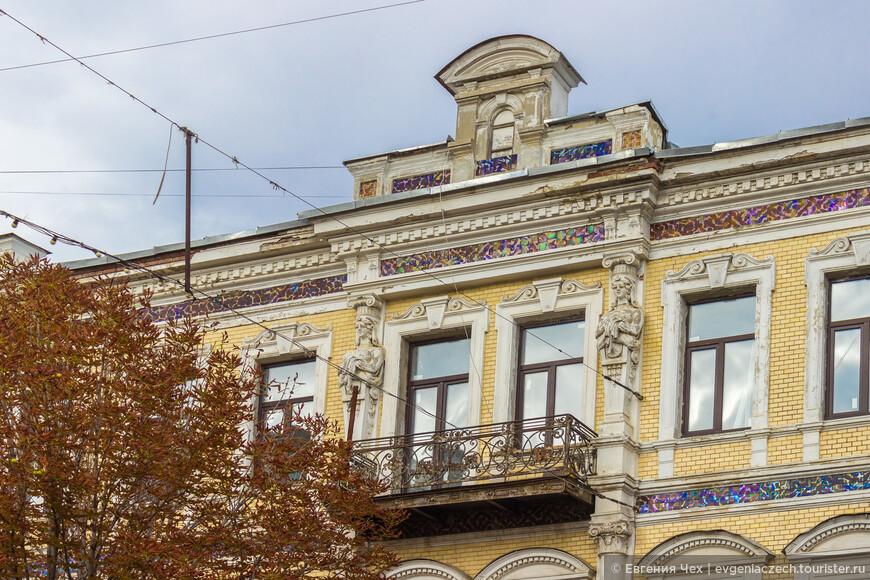 Верхний этаж достроен в 1910 по проекту архитектора Салько