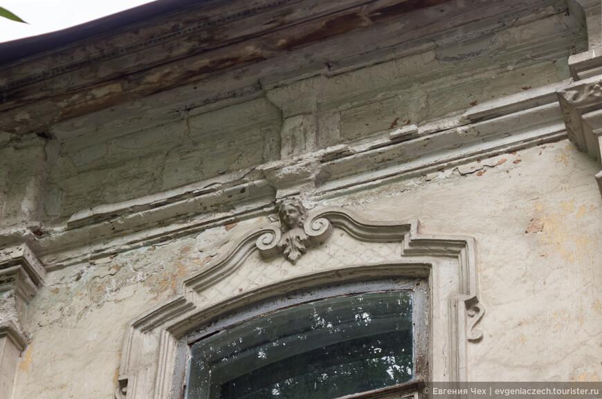 Такие ангелочки встречаются на многих домах старого города