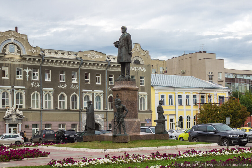 Площадь Столыпина с памятником, на заднем плане дом купца Кузнецова 1867.