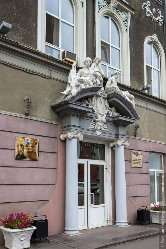 В 1913 году реконструкция под руководством архитектора В.Карпенко и скульптора Н.Волконского.