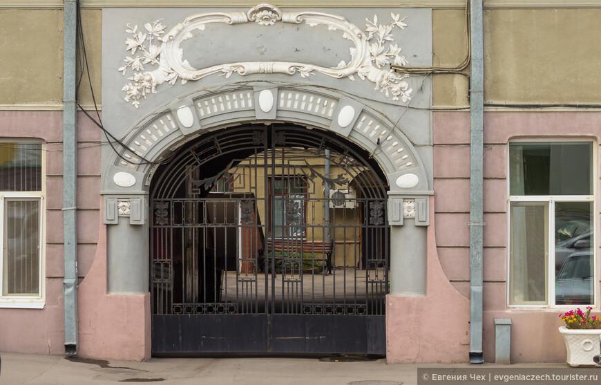 Весь фасад был украшен лепниной - венками, маскаронами.