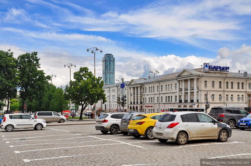 10. Переместимся на центральную площадь города – площадь 1905 года. Когда едешь на машине сразу начинаешь чувствовать историю города, брусчатка не даст ее забыть.