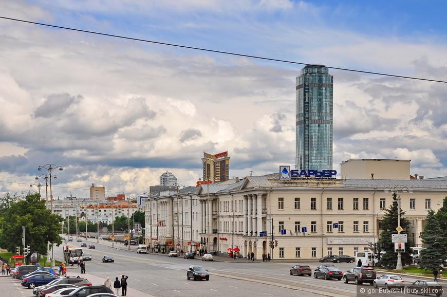 12. Вдали виднеется первый небоскреб (ТВ башня не в счет) города – Высоцкий. 188 метров в высоту, несколько лет назад он стал главной высотной доминантой в Екатеринбурге, начав «гонку» небоскребов.