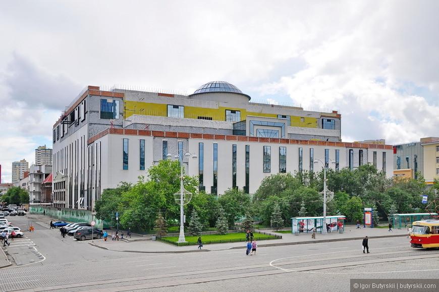 13. А вот это, возможно, самое страшное здание в городе – торговый центр Пассаж. Хотя в принципе оно вполне «обычное» и в любом городе России нормально бы смотрелось где-нибудь в спальных районах. Но это не спальный район, это самый центр города и строить «такое» в 2015 году просто стыдно.