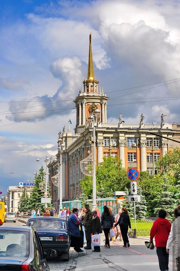 17. Здание Свердловского городского Совета народных депутатов. До 1917 года здание было всего 2 этажа в высоту. Затем здание надстроили до 5 этажей, а в 1947 году на него водрузили 61-метровый шпиль.