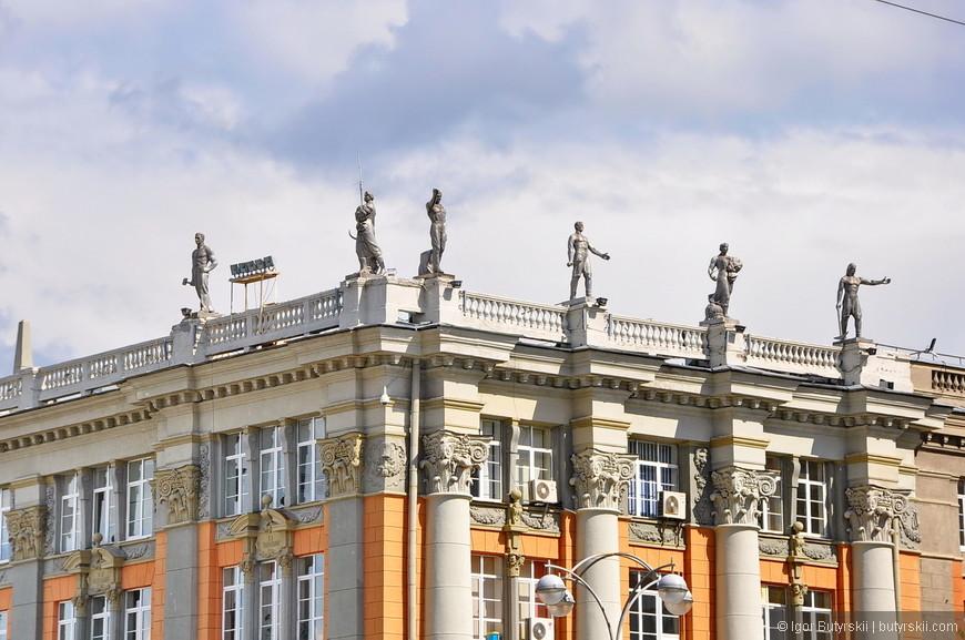 21. Статуи работников города-завода украшают здание городской Администрации Екатеринбурга.
