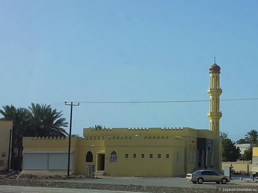 Как ни удивительно, купол - элемент не обязательный. Правда, без него мечеть выглядит совсем бедненько и уныло.