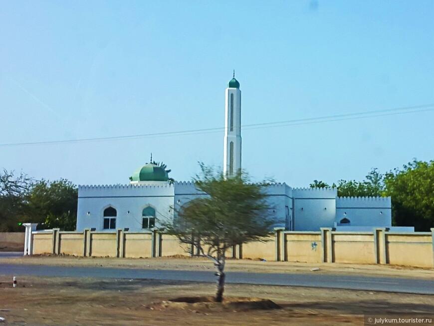 Иногда посмотришь на архитектуру мечети и можно угадать основной контингент прихожан этого храма. Бьюсь об заклад, что этот дом молитвы с его строгими, глухими линиями построен пакистанцами.