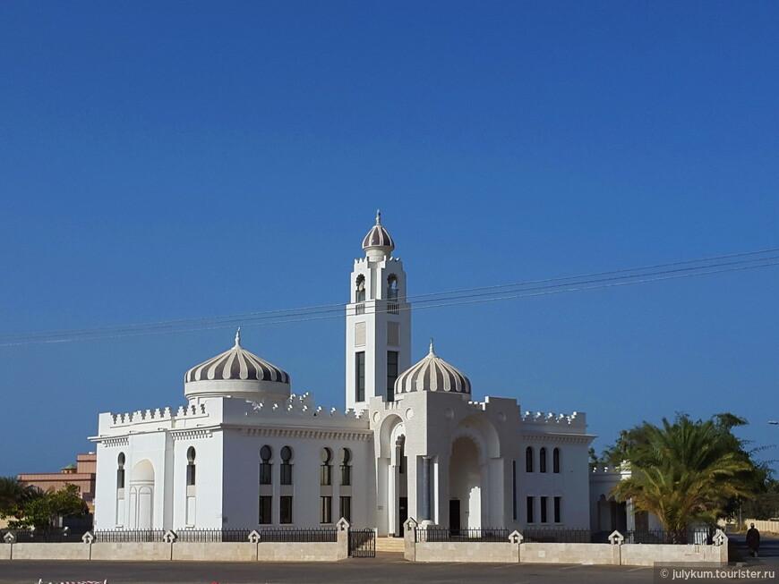 Встречаются мечети с куполами нестандартных цветов. Например, вот такого - графитового. Однако, это, скорее исключение.