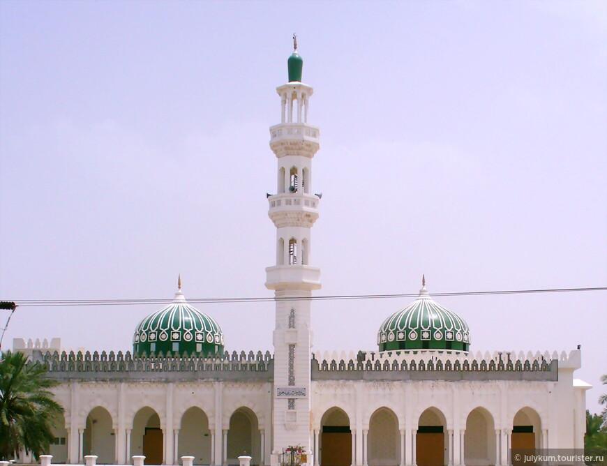 Так же много мечетей с куполами зеленого - священного для мусульман - цвета. Оттенки - разные. И темные, напоминающие ветви пальм...