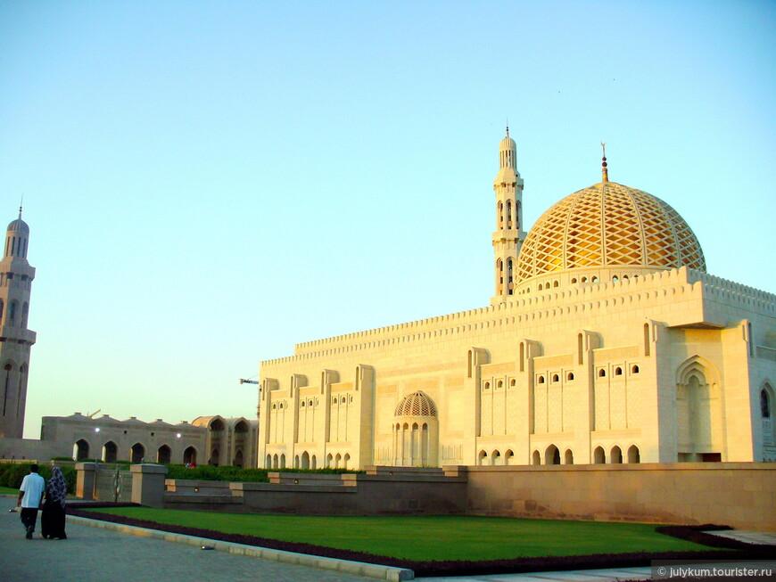 Или ажурным покровом, как у Большой мечети Султана Кабуса.