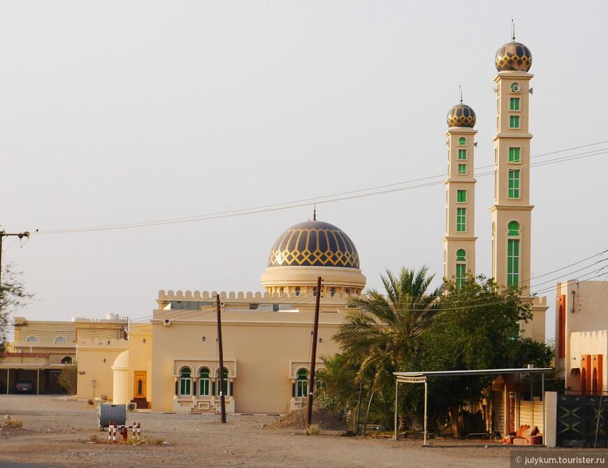 Кстати, интересно, что оформление купола мечети и куполов минаретов зачастую одинаковое. Выглядит очень гармонично.