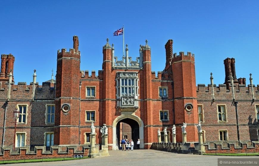 Вход во дворец. Фото из интернета.