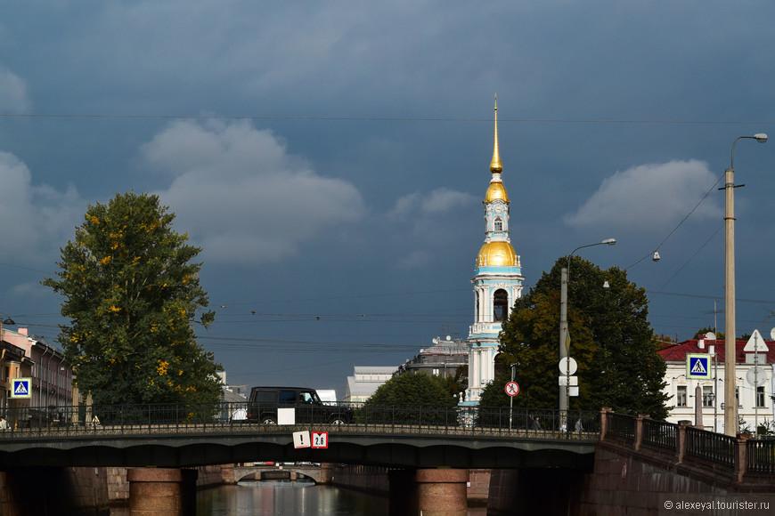 Грозовой фронт над часовней Николо-Богоявленского морского собора.  Наш прогулочный теплоходик идет навстречу!