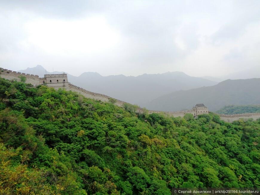 И вот на высоте склона горы показались башни Великой Китайской стены