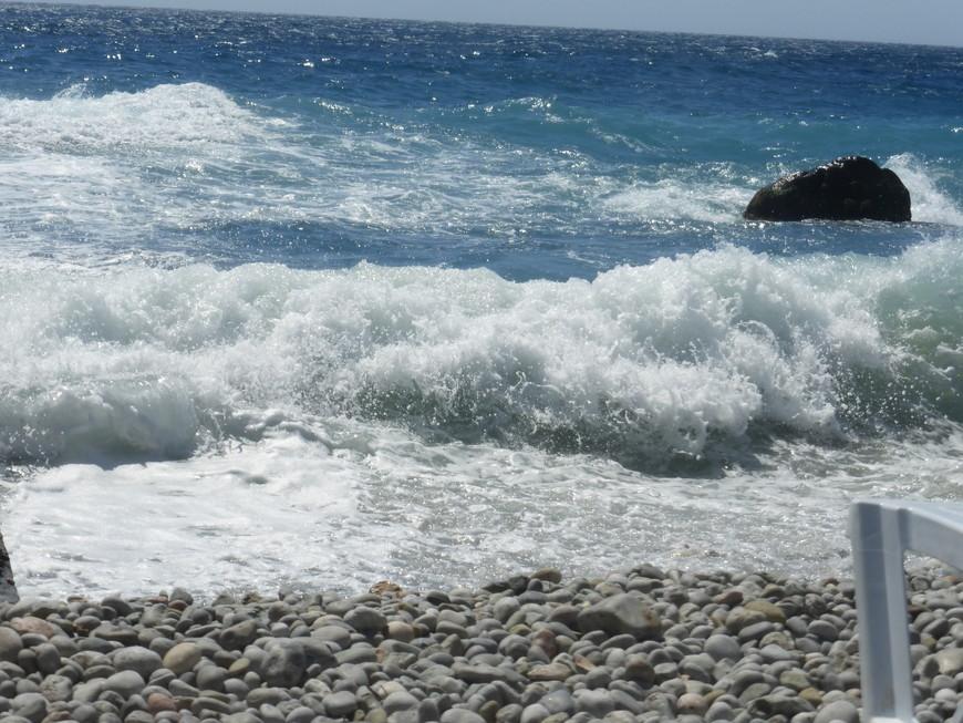 Пляж - красиво, но плавать не очень-то: 3 балла. К сожалению так и было 6 дней. Памятник Русалке не показываю: за 2 недели отдыха так и не удалось сфотографировать ее без прилипших к ней людей
