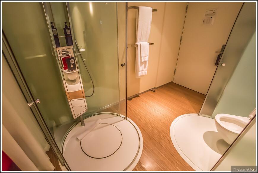 Да, туалет и душ прямо посреди номера!