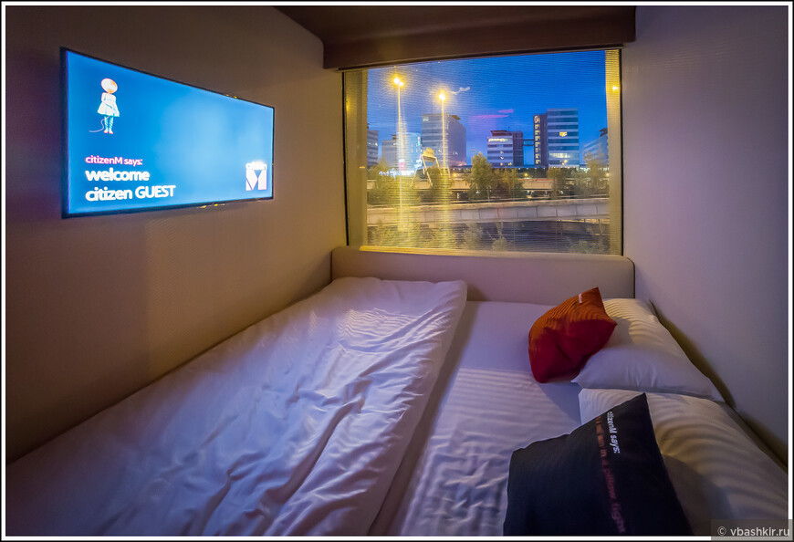 """Номер в отеле """"citizenM"""". Окно легко """"задраивается"""" легким движением руки, и номер превращается в лежачий домашний кинотеатр. Вообще все приборы в номере управляются с помощью планшета, который ожидает постояльцев на столике у кровати."""