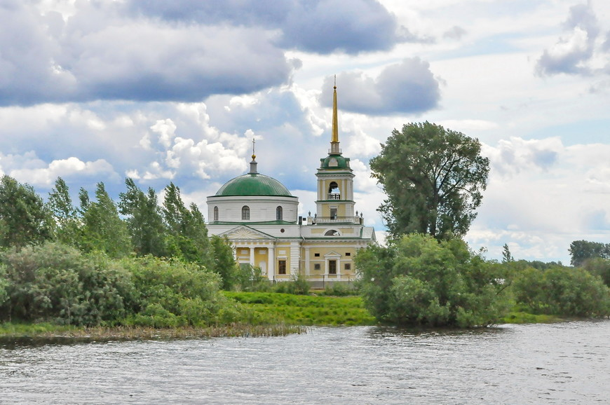04. Есть и отреставрированные церкви, стоящие на затопленной части, но это, скорее исключение.
