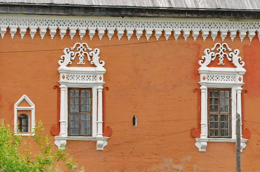 10. Усолье было основано в 1606 году, и развивался город очень хорошо. Потому и здания встречаются красивые и элементы оформления «городские».