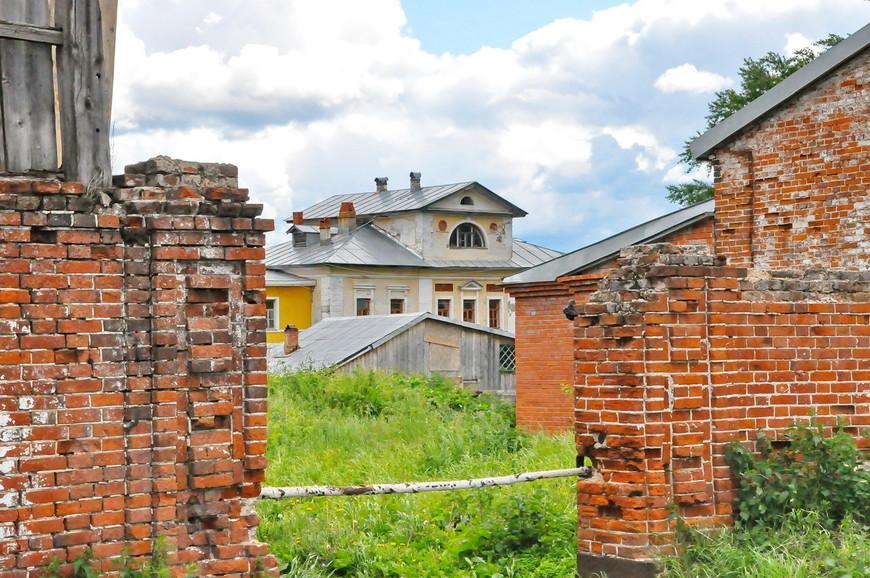 12. В основном дома выглядят вот так. Полуразрушенные или полностью разрушенные. Дворов в городе – одна-две улицы.