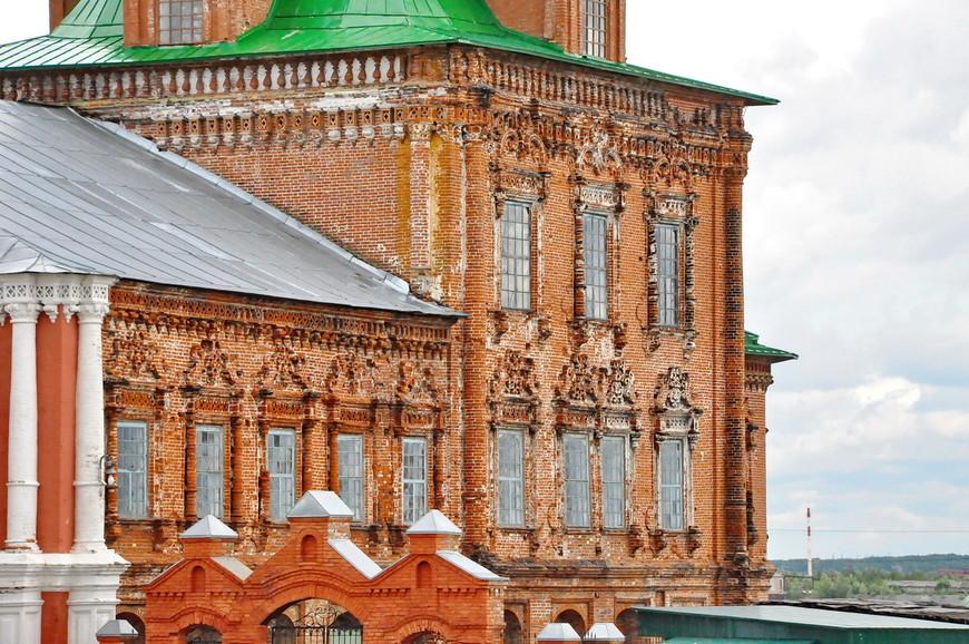 17. Со здания собора снята вся штукатурка, думаю, что работы по реставрации ведутся.