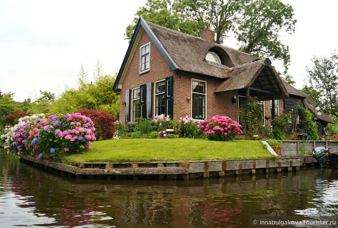 Что же представляет из себя Гитхорн (Giethoorn)? Эта деревня, в провинции Оверэйссел в Нидерландах, была основана около 1230 года.