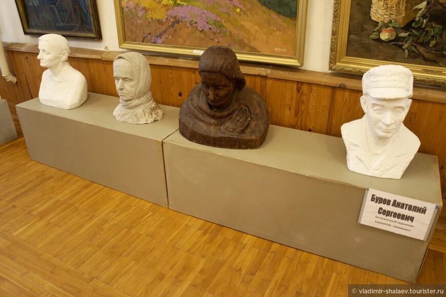 В других залах, где когда-то вальсировали современницы Наташи Ростовой, теперь представлен весь цвет советской и российской живописи и скульптуры рубежа XX и XXI веков.