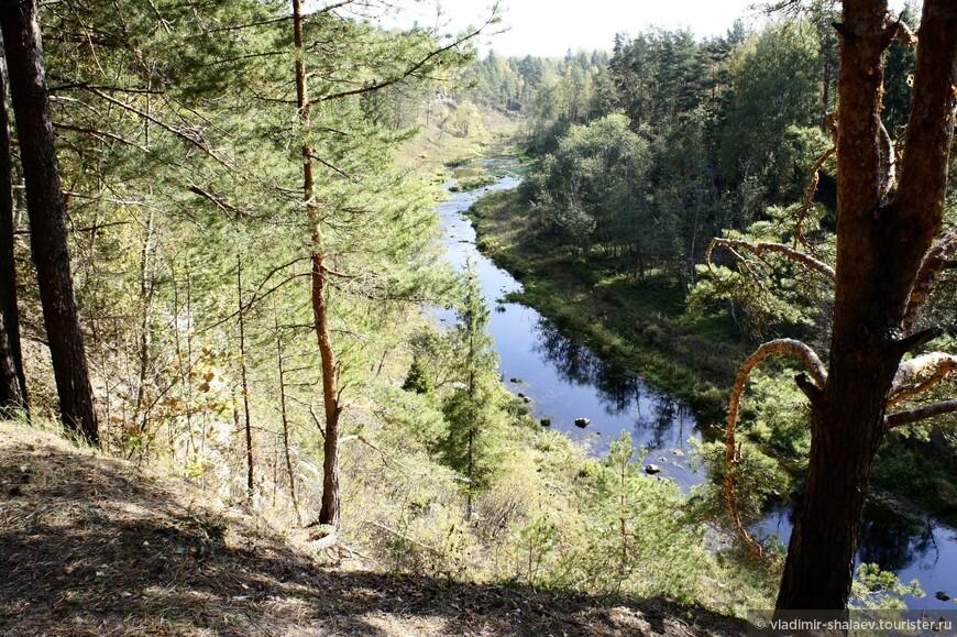 Дёржа выглядит очень живописно. Вид на реку Дёржа с высокого берега. Высота скальных уступов достигает 30 метров.