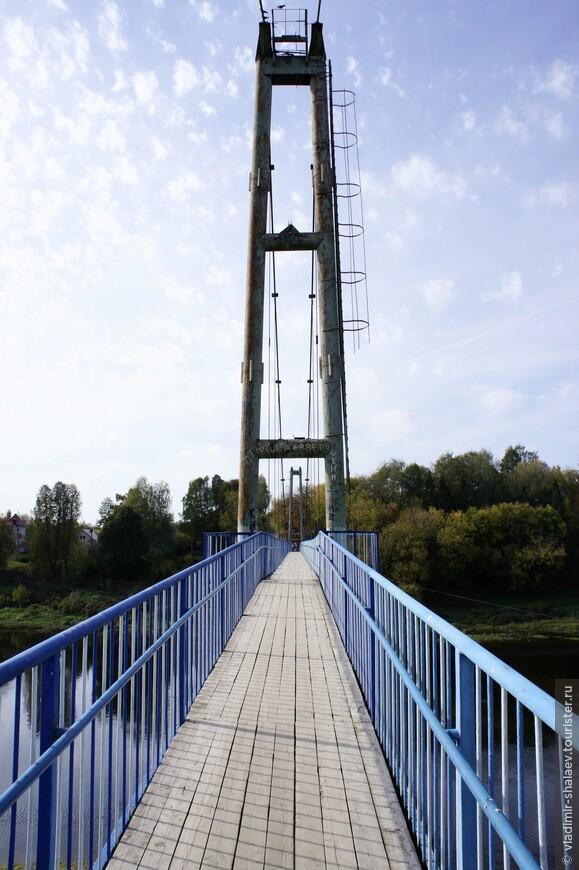 Подвесной пешеходный мост был построен в 1978 г. До этого Волгу пересекал паром.